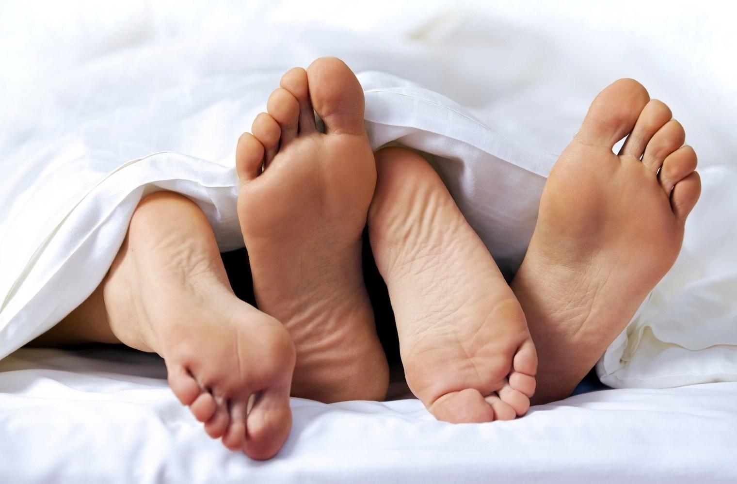 بالفيديو وللمتزوجين فقط.. فوائد الجنس في الصباح!